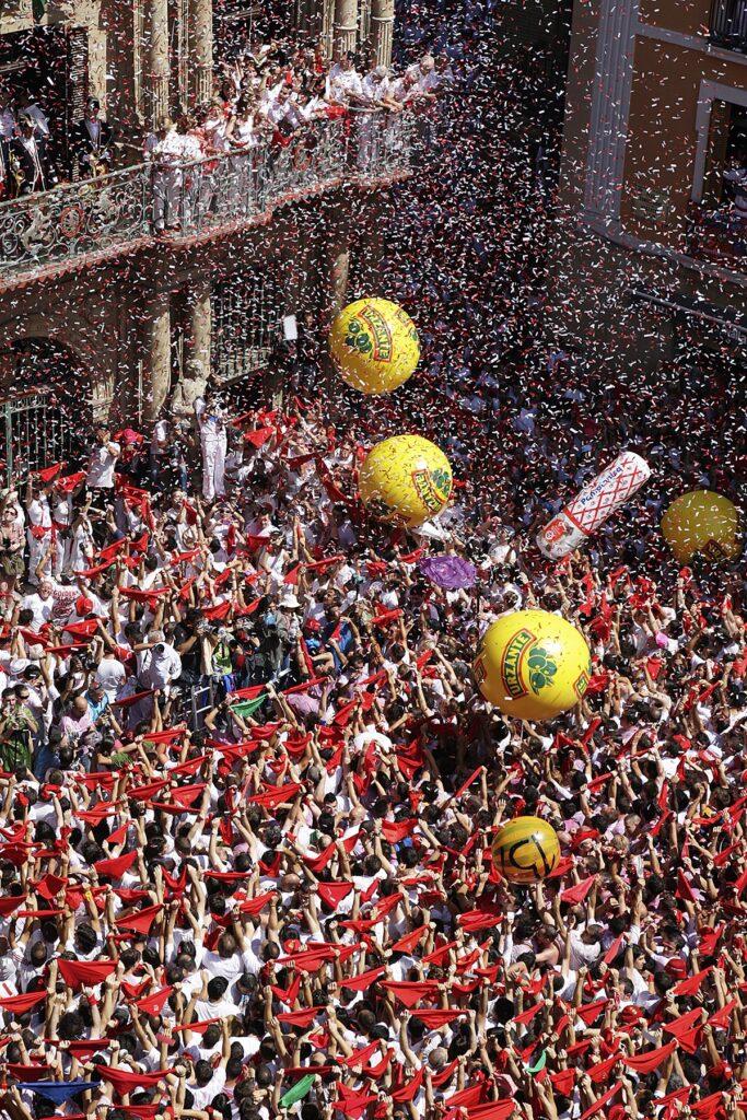 祭のオープニング。赤いネッカチーフが振られ、この瞬間から人々は首にネッカチーフを巻き、祭りが始ます。