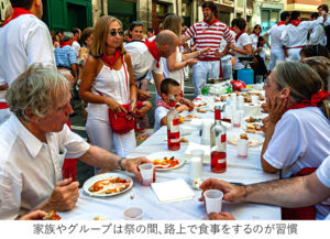 祭の間、家族やグループで路上で食事をする習慣がある。私たちはフライドエッグが定番で、ワインはロサドが必須だった。